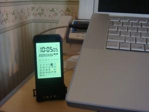 仕事机に置いておいても違和感なし。時計アプリを起動しておけばそのまんま卓上時計
